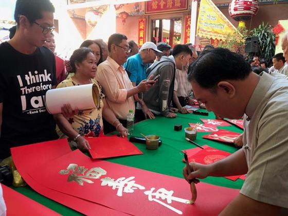 每年歲暮慈善揮春活動吸引廣大同胞參與。