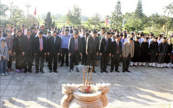 廣治省領導及各界團體代表在陳友翌副總理紀念館前上香緬懷。(圖源:越通社)