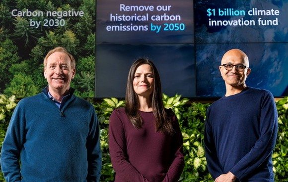 左起依次為微軟總裁Brad Smith、財務長Amy Hood,以及執行長 Satya Nadella宣佈該公司將在2030年實現負碳目標。(圖源:微軟)