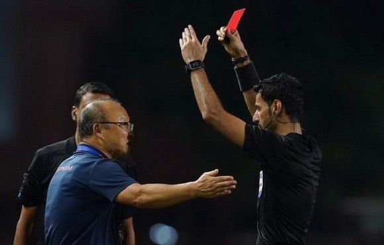 之前越南與印尼之間在第三十屆東運會足球決賽一仗中,朴恒緒主教練在第七十七分鐘與裁判發生爭論,其後他被裁判出示紅牌要求上觀眾席。(圖源:互聯網)