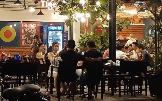 坐在舊邑郡黎德壽街上飲食店的食客。