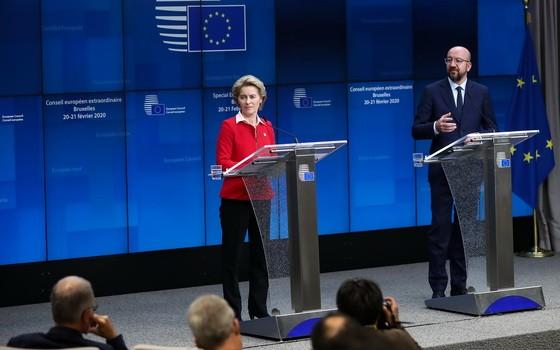 歐盟委員會主席(左)和歐洲理事會主席出席記者會。(圖源:新華社)