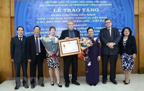 越南各友好組織聯合會主席阮芳娥大使(右三)向芬蘭-越南友好協會集體頒授友誼勳章。(圖源:越通社)