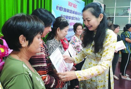 市婦聯會副主席林氏玉華向貧困婦女頒發 郡婦聯會的16份免息貸款。