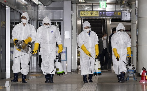 工作人員在地鐵站進行消毒。(圖源:新華社)