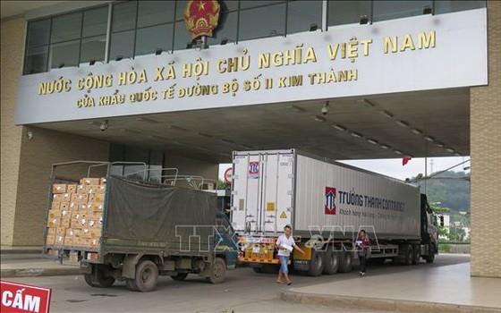 兩輛貨車經老街金城口岸通關後運往中國。(圖源:越通社)