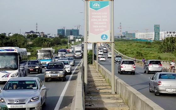 本市-隆城-油曳高速公路適逢週末或節假日,經常出現交通承載超負、堵塞情況。(圖源:獨立)