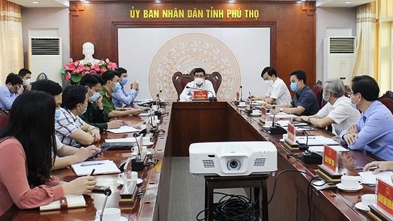 富壽省人委會副主席、該組委會主任胡大勇(中)主持會議。(圖源:慶莊)