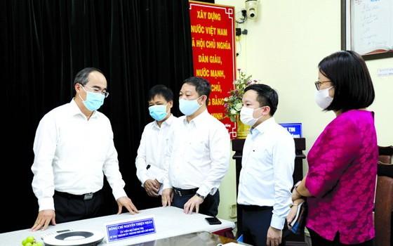 黨中央政治局委員、市委書記阮善仁(左一)同市新聞與傳播廳幹部交換意見。