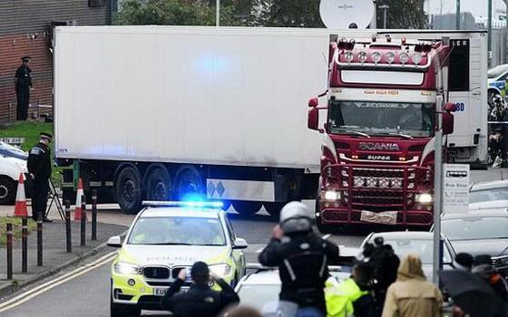 去年10月23日,英國警方在英格蘭東南部埃塞克斯郡一個工業園區內的一輛集裝箱貨車裡發現39具遺體。(圖源:《鏡報》)