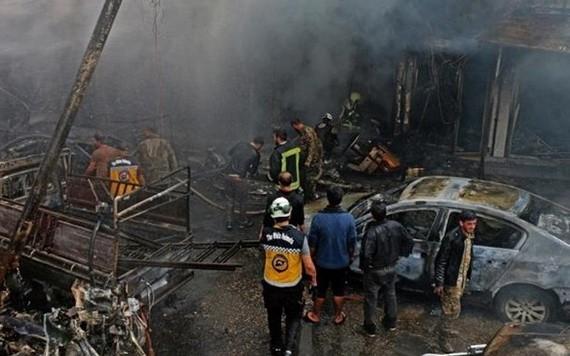 救護隊員在爆炸現場搜尋生還者。(圖源:互聯網)