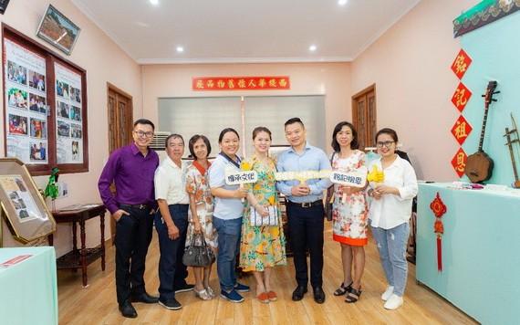 """杜潔瑩(右一)出席""""西堤華人懷舊物品展""""開幕式,為弘揚民族文化打氣。"""