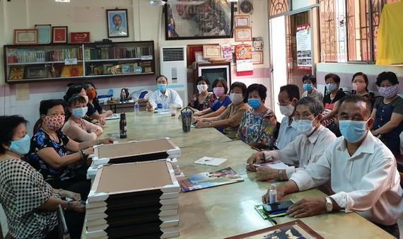 啟秀華文中心校長向老師們傳達防疫規定。
