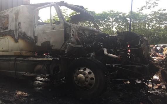 牽引車駕駛室被燒得幾乎只剩框架。(圖源:VOV)