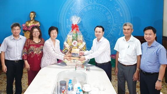 第五郡郡委書記阮文孝親切問候劉金華主席與該會各成員,同時贈送一份禮物。