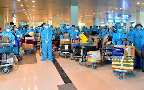 回國同胞全程穿著防護服。(圖源:俊光)