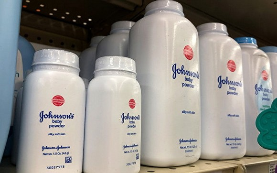強生公司19日宣佈,將在美、加兩國停售最知名的商品,含滑石粉的嬰兒爽身粉。(圖源:Getty Images)