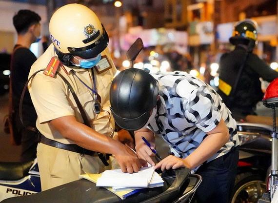 交警截查一名騎士的車子保險證件。