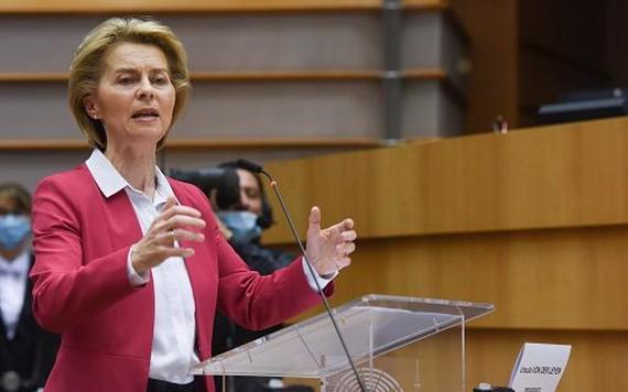 在比利時布魯塞爾的歐盟總部,歐盟委員會主席馮德萊恩在歐洲議會全會上發言。 (圖源:新華社)