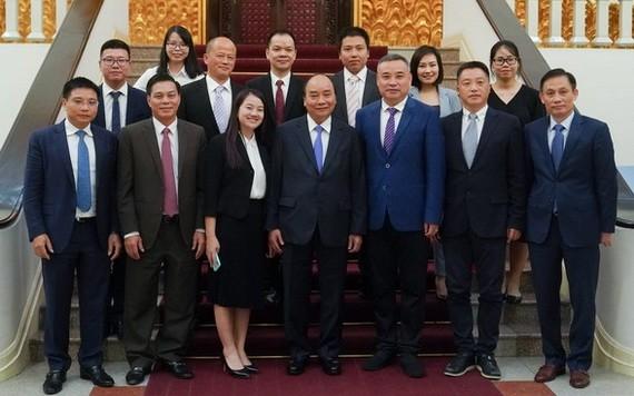 阮春福總理(中)與中國企業代表團合照。(圖源:VOV)