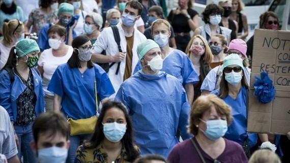 法國醫護人員當地時間16日在多個城市舉行示威遊行,要求分配醫療系統更多資源,數萬人參加。(圖源:AFP)
