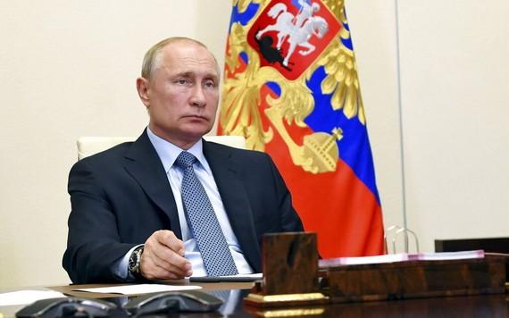 圖為6月19日俄羅斯總統普京在莫斯科的官邸出席視像會議。(圖源:AP)
