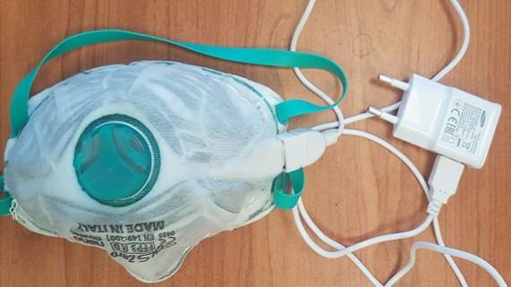 新型插電消毒可重複使用口罩原型。