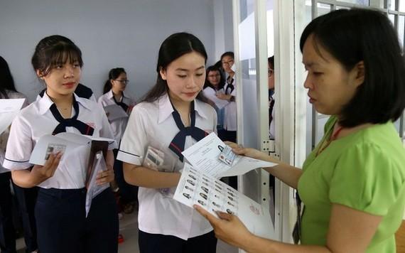 監考老師核對入場考生的身分證件。(圖源:PLO)