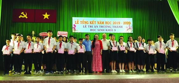 穗城會館理事長盧耀南向優秀生頒發獎學金。