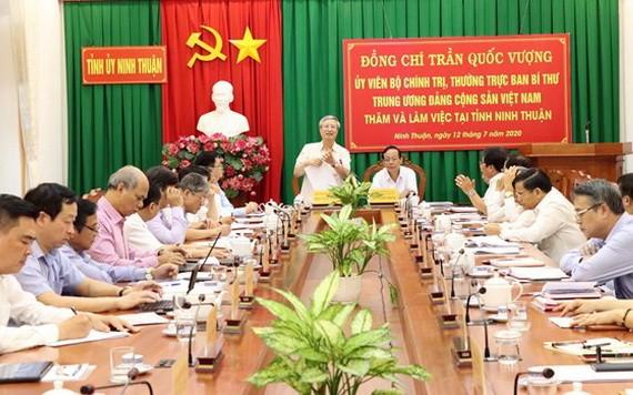 黨中央書記處常務書記陳國旺(中左)主持會議。(圖源:越通社)