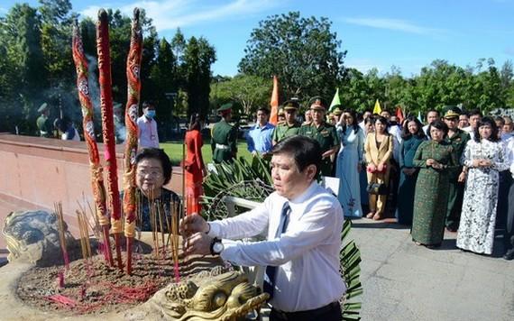 市人委會主席阮成鋒(前右)、原國家副主席張美華(前左)同代表團在杭陽陵園獻花、上香緬懷各英雄烈士。(圖源:孟和)