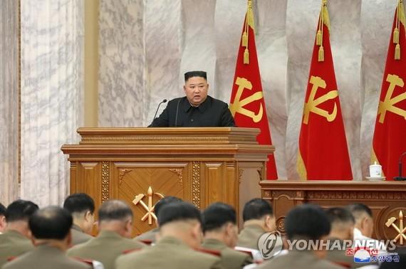 7月18日,在朝鮮勞動黨中央委員會本部大樓,金正恩主持黨第七屆中央軍事委員會第五次擴大會議和閉門會議。(圖源:韓聯社/朝中社)