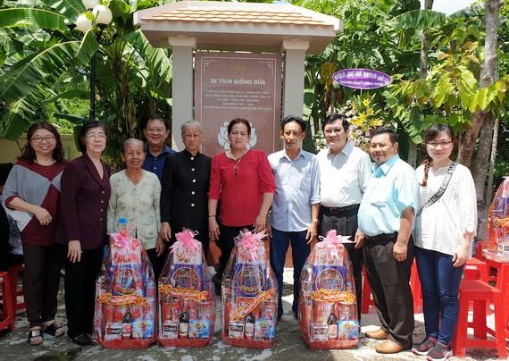 原國家主席張晉創(右三)、劉金華同志(左二)、丁文森(右二)向政策優撫對象贈送禮物。
