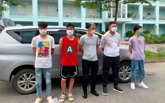 被扣押的 5名非法入境我國的中國人。(圖源:國鴻)