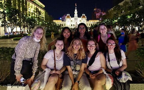 國際遊客遊覽本市並在阮慧步行街留影。( 示意圖源:VNE)