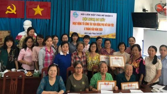 獲表彰典範婦女同與會者合照。