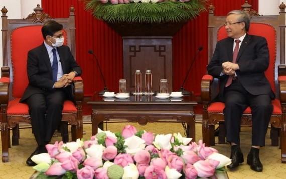 黨中央政治局委員、黨中央書記處常務書記陳國旺(右)接見印度駐越南大使普蘭尼‧巴爾馬。(圖源:越通社)