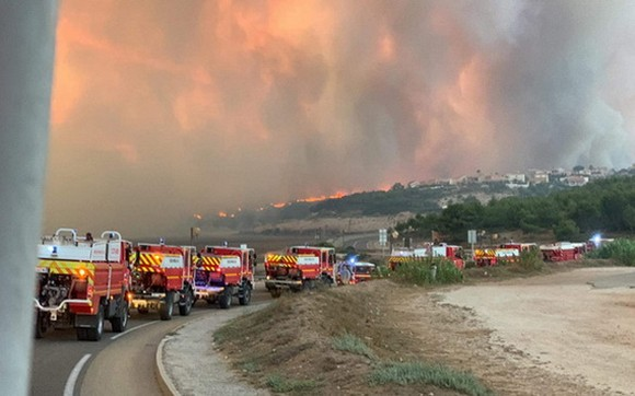 數十輛消防車隊被調動趕赴火警現場展開滅火行動。(圖源:推特)