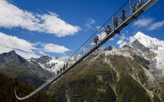 查爾斯庫納吊橋位於瑞士美麗的阿爾卑斯山間,吊橋長494米,距地面86米,是目前世界上最長的吊橋。(圖源:互聯網)