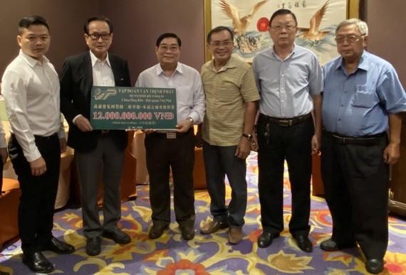 萬盛發集團代表張豐裕(左二)向二府會館理事會代表捐贈重修善款。
