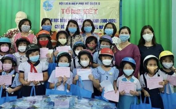 第六郡婦聯會代表向清貧越、華學生頒發阮氏明開助學金。