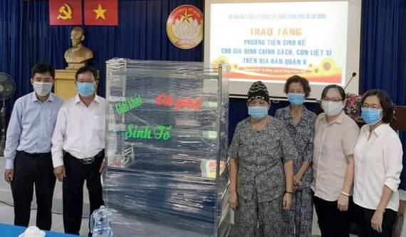 市越南祖國陣線委員會向第六郡政策家庭贈送謀生工具。