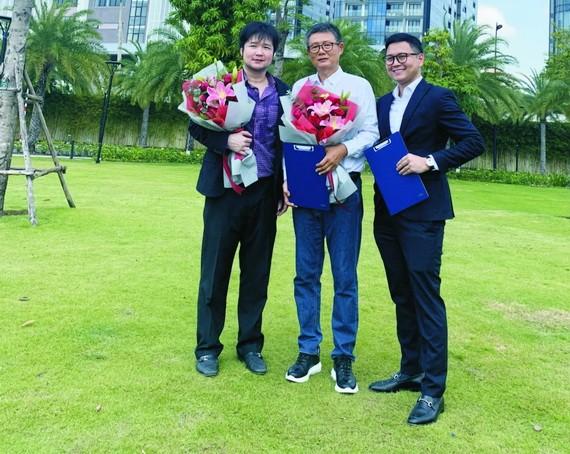 千禧龍集團董事長郭志鋒先生(中)與RIVIU創辦股東進行簽約儀式。