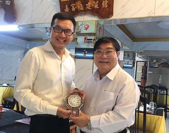 福建二府會館理事長彭偉強(右)向陳列室捐贈百年古瓷鐘。