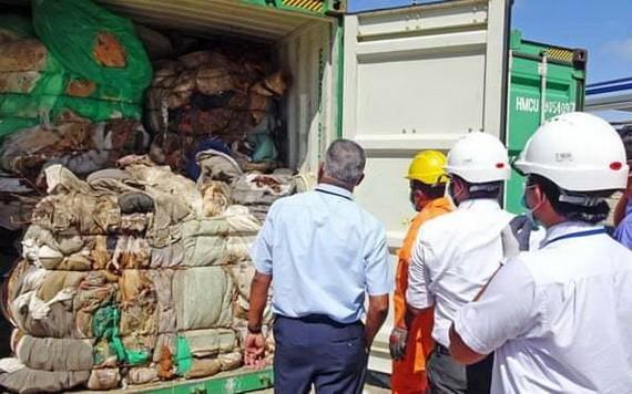 當地時間27日,斯里蘭卡海關表示,載有21個垃圾集裝箱的貨輪已於26日啟程前往英國。(圖源:推特)