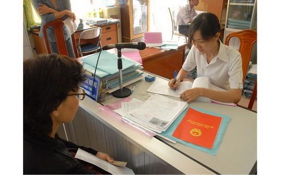 民眾在辦理土地使用權證書手續。(圖源:TNO)