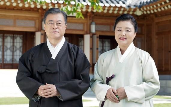 韓國總統文在寅和夫人金正淑中秋節視頻祝福截圖。(圖源:韓聯社)