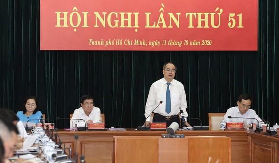 市委書記阮善仁(站)在會議上發表講話。(圖源:煌潮)