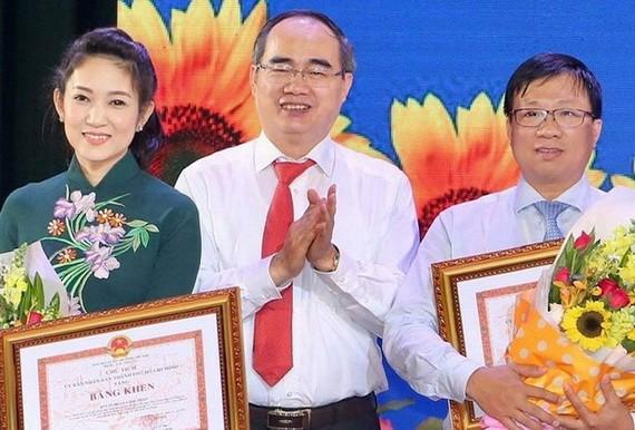 市委書記阮善仁向取得200天競賽運動出色成績的單位、個人頒發獎狀。