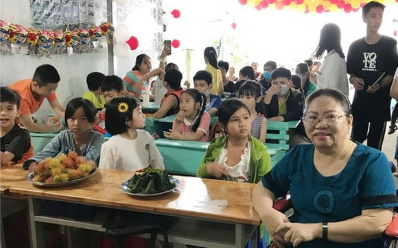 裴氏紅娥老師(前右)和她的英語免費學習班。